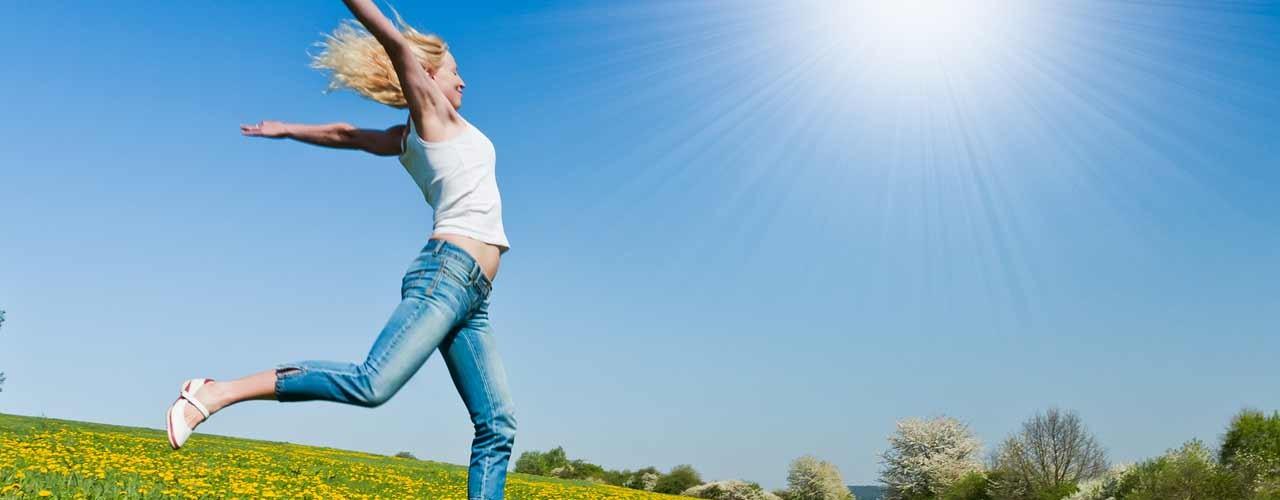 jeune femme qui court dans un champ de fleurs